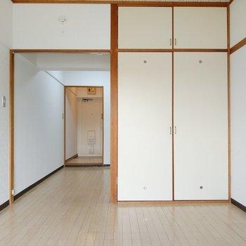 ダイニングとの間に扉はありませんがカーテンが掛けられます。