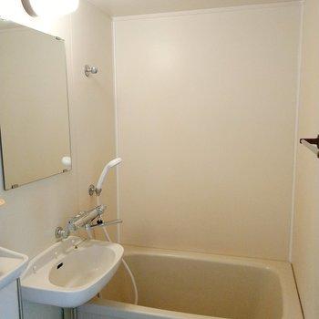 お風呂と洗面。サーモ水栓で温度調節は楽々ですよ~!