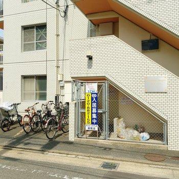 ゴミ置き場と駐輪場。屋根がないので気になる方は自転車カバーを。