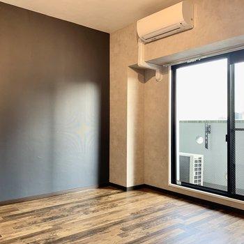 7帖の洋室。シンプルな家具でもアンティークな家具でも合いそう◎
