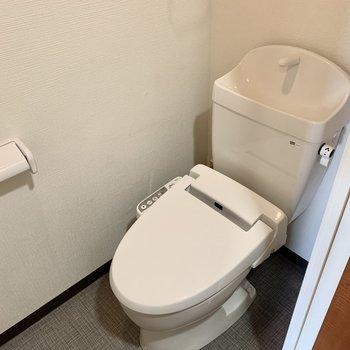 上部に収納のあるウォシュレット付きのお手洗いです。