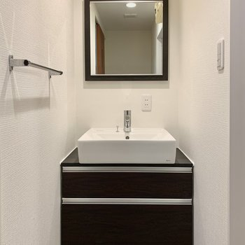 洗面台はシンプルに、使いやすく。コンセントもあります