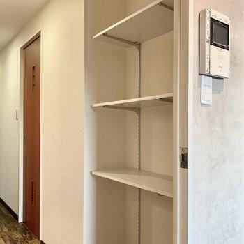 キッチンの正面にはもうひとつ収納。収納ボックスを使って綺麗に収納したい。
