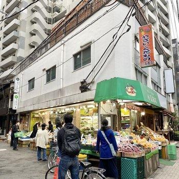 駅までの道中。八百屋さんなど活気あるこ全店が並んでいます。