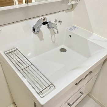 ワイヤーラックの上に歯ブラシスタンドや石鹸を置くと水はけよく保管できます。