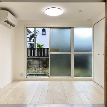 ホワイトの爽やかな内装がいい感じ。掃き出し窓はすりガラスになっています。