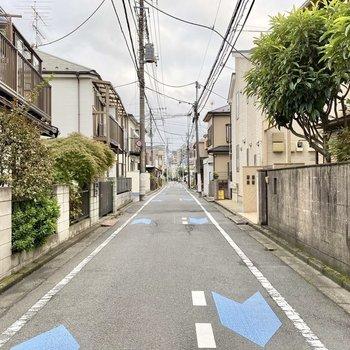 お部屋近くの通り。周辺は閑静な住宅街になっています。
