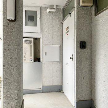 玄関前もホワイトが基調のシンプルなデザイン。