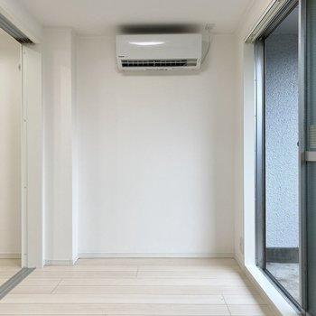 正面の壁にデスクを置いて作業スペースにすると動線を邪魔せず、上手く空間を使えそうですね。