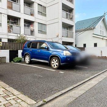 駐車場(空き要確認)。道路に面しており出し入れがしやすそうです。
