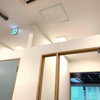 【天井】ブースの天井は少し空いてるので半個室スタイルです。
