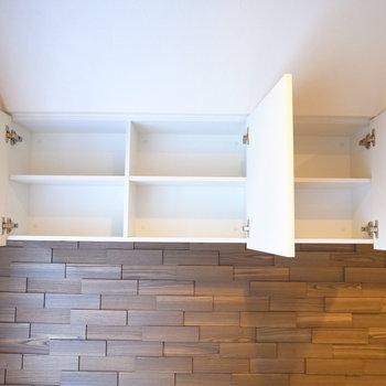 もうひとつ、収納が天井近くにあります。低めなので難なく開け閉めできます。