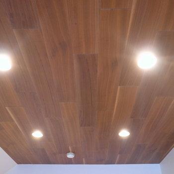 床や建具とはちがい、天井には天然木を使用。
