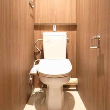 トイレにも木をあしらって。