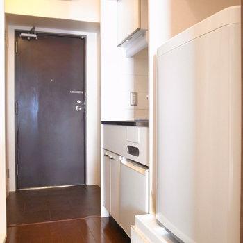 廊下の右側ではキッチンと洗濯機がとなりあっています。