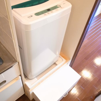 洗濯機には踏み台がついています。背が低い方でも使いやすいです。