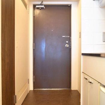 玄関は窮屈さはありませんでした。シューズボックスはご用意ください。