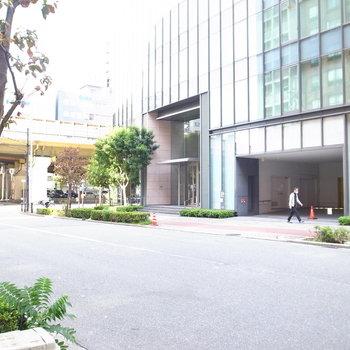 【周辺環境】マンション前の景色。左手へ進み曲がると、駅まですぐです。