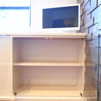 テレビは小さめのものがついています。カウンターに少し収納もできます。