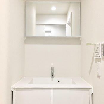 洗面台はシンプルでスタイリッシュ。※写真は反転間取り・別部屋のものです。