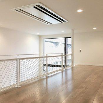 天井にエアコンがあるから、夏場も涼しく使えそう◎※写真は反転間取り・別部屋のものです。