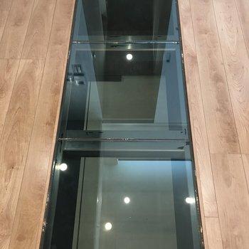 なんとガラス床が!1階のガレージが丸見えです。※写真は反転間取り・別部屋のものです。