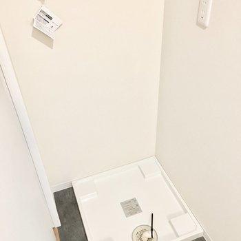 そのお向かいには洗濯パン。※写真は反転間取り・別部屋のものです。