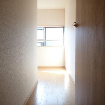 洋室③】廊下の延長のような入口です。