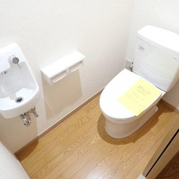 トイレはヒーター付き!ミニ洗面台もありました。