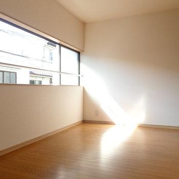 洋室③】窓が横長でしっかり光が入ってきます。西向きです。同じ高さの民家がお向かいに。