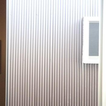 洋室②】窓からはお隣さんの壁です。
