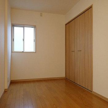洋室②】3つの洋室の中では採光があまりないお部屋。荷物置きにするのもよさそう。
