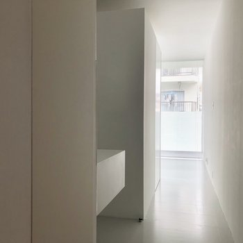 玄関から。シンプルでかっこいい。※写真は3階の同間取り別部屋のものです