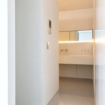 キッチンスペースへ。左側のくぼみに冷蔵庫が置けます。※写真は3階の同間取り別部屋のものです