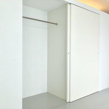 洋服をかけて収納できます。※写真は3階の同間取り別部屋のものです