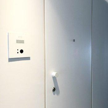 真っ白な玄関ドア。