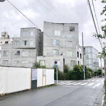 住宅街に突如現われたデザイナーズマンション。