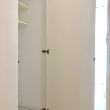 洗濯機置き場は扉で隠せます。※写真は3階の同間取り別部屋のものです