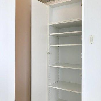 こちらは高さ調節可能な収納。※写真は3階の同間取り別部屋のものです