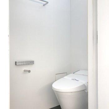 トイレはタンクレスの温水洗浄機能付きです。※写真は3階の同間取り別部屋のものです