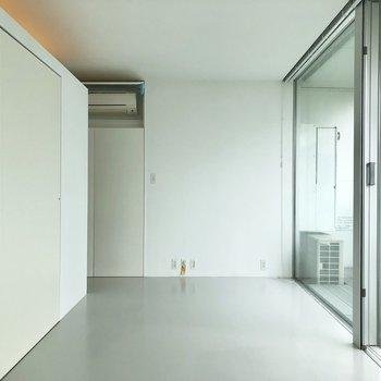 一面ガラス張りのお部屋です。※写真は3階の同間取り別部屋のものです
