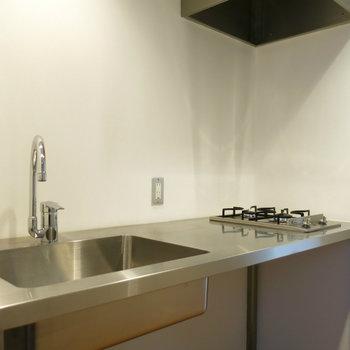 メタルなキッチン。料理スペースもしっかり確保