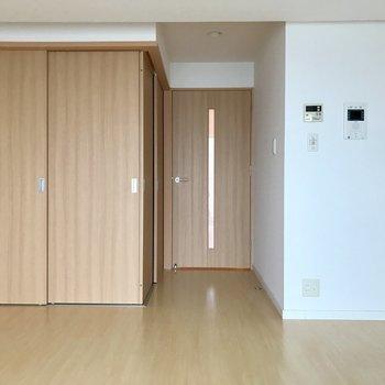 木目柄の扉が目に心に優しい♬(※写真は11階の同間取り別部屋のものです)