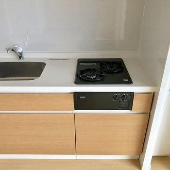 キッチン横にラックがあるから使いやすい◎(※写真は11階の同間取り別部屋のものです)