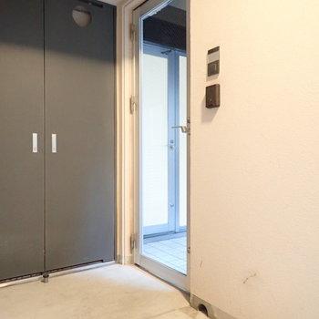 さて玄関。廊下から見ていきましょう。まずはそこの扉を開けると、