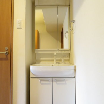 トイレ横には洗面台(※写真は7階の反転間取り別部屋のものです)
