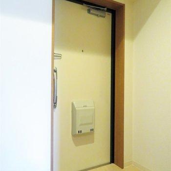 玄関自体は小さなスペースです(※写真は7階の反転間取り別部屋のものです)
