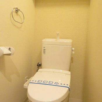 トイレは温水洗浄便座付きです(※写真は7階の反転間取り別部屋のものです)