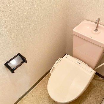 ピンクのトイレタンクがキュート。