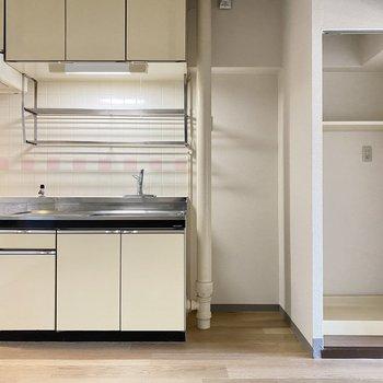 キッチンと洗濯機置場が横並びの珍しい配置。